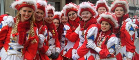 Gardetänzerinnen in roten Kostümen