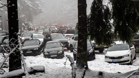 Schnee auf dem Feldberg: Viele parkende Autos