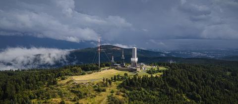 Düstere Unwetter-Wolken ziehen über den Großen Feldberg.