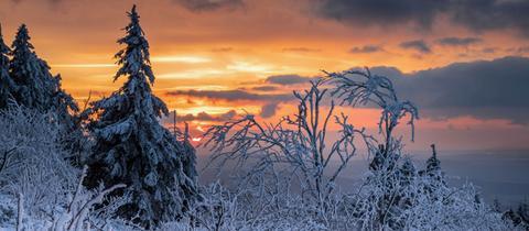Sonnenuntergang auf verschneitem Feldberg
