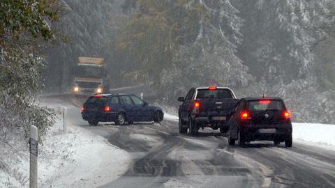 Ein Auto steht am Dienstag auf dem Feldberg im Schnee quer auf der Straße.