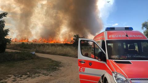 Feld brennt nahe einer Kleingartenanlage in Hochheim am Main