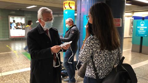 Der Frankfurter Oberbürgermeister Peter Feldmann (SPD) verteilt Mund-Nasen-Schutze in der Frankfurter Hauptwache