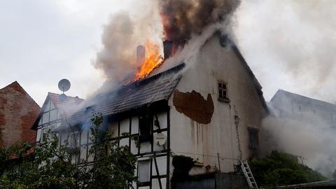 Flammen schlagen aus dem Dachstuhl eines Fachwerkhauses in Felsberg