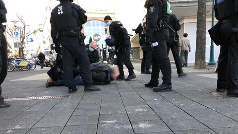 """Am Friedrichsplatz wird ein Teilnehmer der """"Querdenken-Demo"""" festgenommen."""
