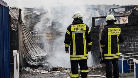 Feuerwehrleute vor den Überresten des Kassenhäuschens