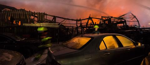 Zerstörte Halle und Autos in Fechenheim