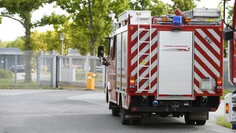 Ein Feuerwehrauto vor dem Gelände der JVA.