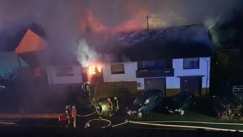 Feuerwehrleute bei Löscharbeiten.