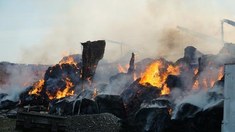 Eine mit Stroh und Heu bestückte Lagerhalle auf dem Reiterhof in Neuberg brannte ab