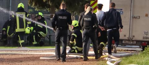 Polizei führt verdächtigen Feuerwehrmann während Brandes auf einem Pferdehof in Neuberg-Ravolzhausen ab