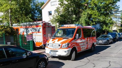 Feuerwehrfahrzeuge vor dem Brandort in Wiesbaden