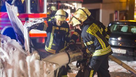 Einsatzkräfte der Feuerwehr bei den Löscharbeiten.