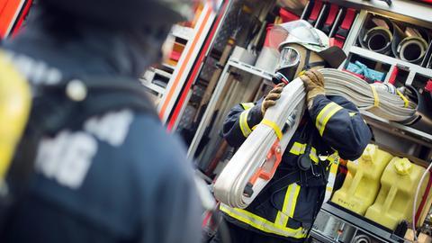 Feuerwehrleute mit Atemschutzgeräten