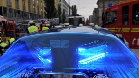 Auto prallt frontal auf Schulbus: Mehrere Kinder verletzt