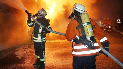 Feuerwehr löscht LKW-Brand