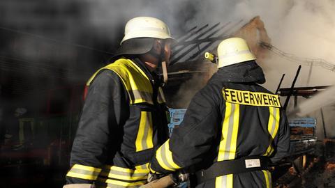 Feuerwehr löscht Brand in der Nacht