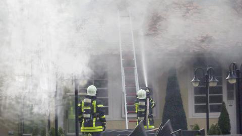 Feuerwehr löscht Hausbrand