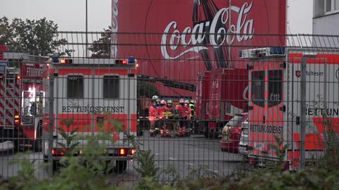Feuerwehrautos stehen auf dem Coca Cola-Gelände in Liederbach.