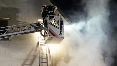 Feuerwehreinsatz mit Drehleiter bei Nacht