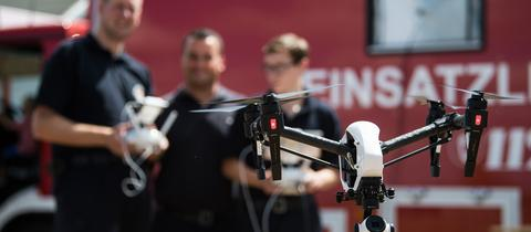 Feuerwehrleute üben mit einer Drohne