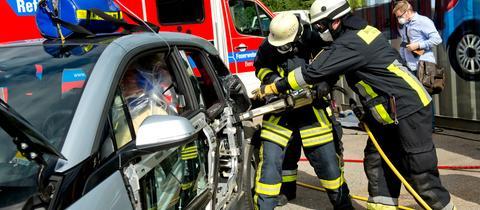 Feuerwehrübung an einem E-Auto
