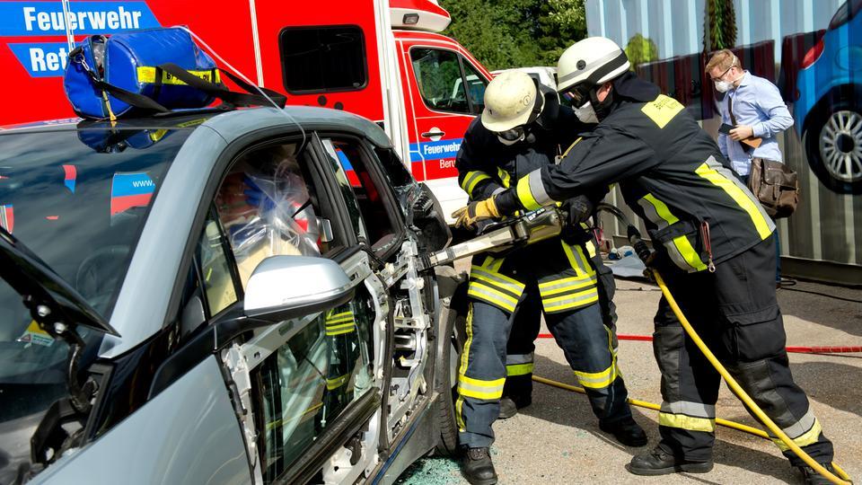Eigentlich nicht zu löschen: Wenn E-Autos Feuer fangen