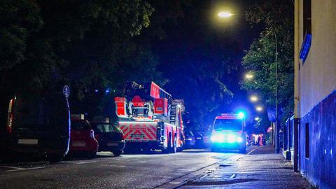 Feuerwehrwagen auf nächtlicher Straße