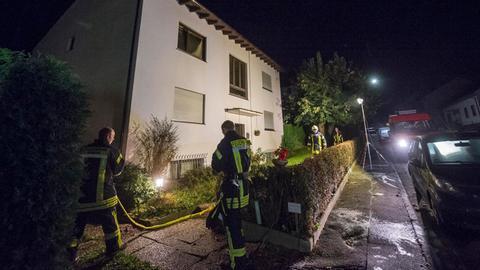 Feuerwehrmänner bei ihrem Einsatz vor dem Wohnhaus in Niddatal.
