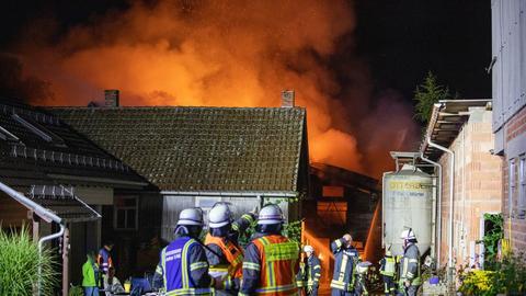 Feuerwehrleute löschen lichterloh brennende Scheune in Flieden