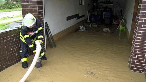 Die Feuerwehren pumpten vor allem Keller und Garagen aus.