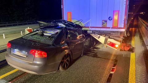 Auf der A480 ist in der Nacht ein Auto auf einen Lkw aufgefahren.