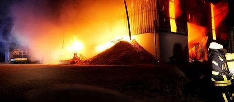 Die Maschinen- und Lagerhalle in Flammen