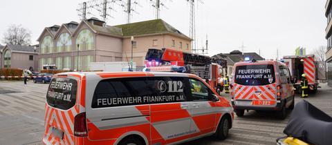 Feuerwehrautos vor dem Umspannwerk in Frankfurt Höchst