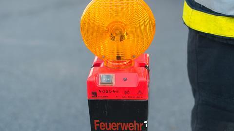 Feuerwehrmann mit Warnleuchte