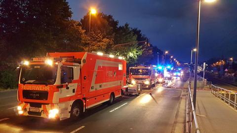 Feuerwehrfahrzeuge bei ihrem Einsatz