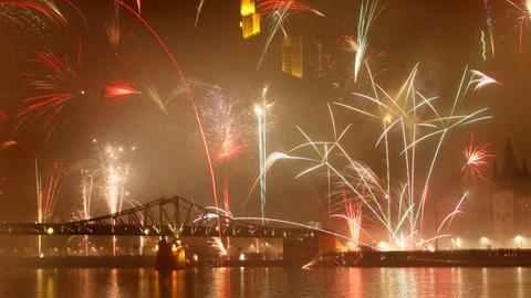 Silverster-Feuerwerk im nebeligen Frankfurt