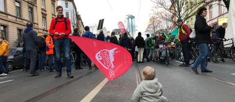 Menschen blockieren die Friedberger Landstraße