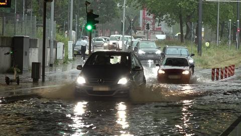 Ein Auto fährt durch eine Unterführung
