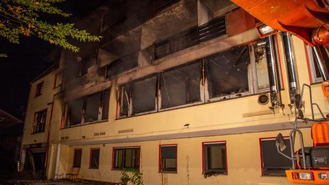 Blick auf die Fassade des ausgebrannten Gebäudes
