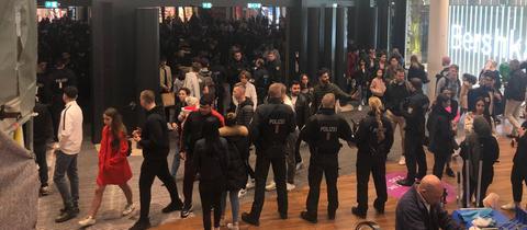 Polizisten im Einkaufszentrum MyZeil in Frankfurt, vor dem ein Flashmob tobte