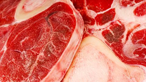 Ein saftiges Steak - genau so lecker für den Wolf wie die Fleischabfälle.