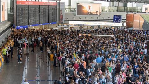 Tausende Passagiere stehen dicht gedrängt in Halle A im Terminal 1 des Flughafens Frankfurt.