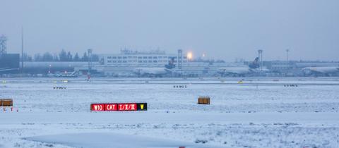 Der Flughafen Frankfurt am Montagmorgen im Schnee