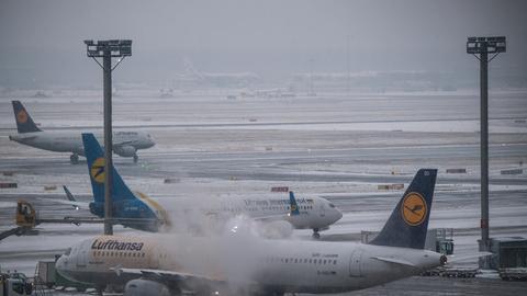 Eine Lufthansa-Maschine wird am Sonntag auf dem Vorfeld in Frankfurt enteist.