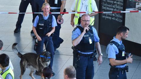 Polizisten am Mittwoch in Halle A des Terminal 1 am Frankfurter Flughafen.
