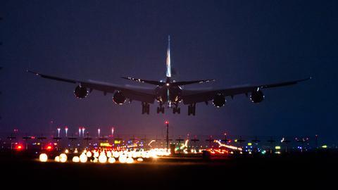 Flugzeug im Landeanflug auf den Flughafen Frankfurt
