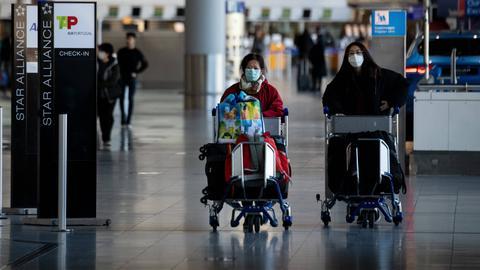 Passagiere am Frankfurter Flughafen tragen Maske