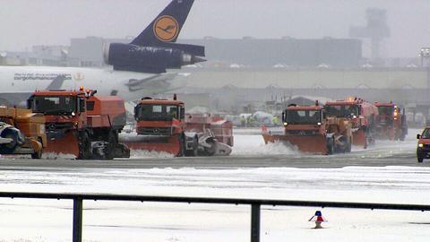 Räumfahrzeuge am Frankfurter Flughafen