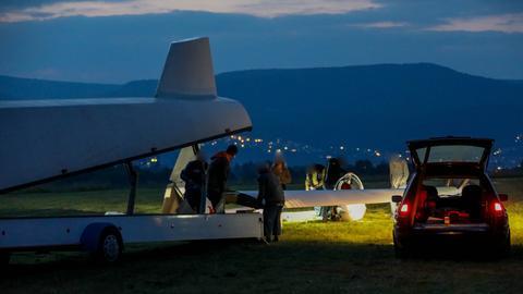 Abgestürztes Segelflugzeug auf einem Flugplatz bei Eschwege wird abtransportiert